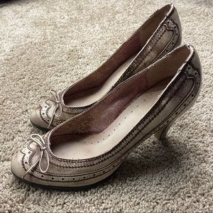 Seychelles Distressed Pink Wingtip Bow Pumps 10